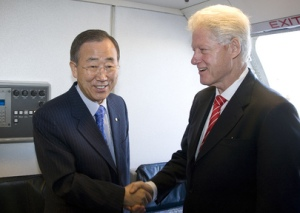 Secretary-General Ban Ki-moon and former Pres. Bill Clinton on the airplane to Haiti. The two men are highlighting Haiti's recovery and reconstruction needs. (UN Photo/Eskinder Debebe)